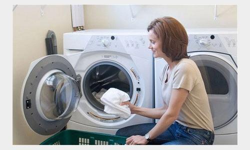Có nên bỏ quần áo rất bẩn vào máy giặt không